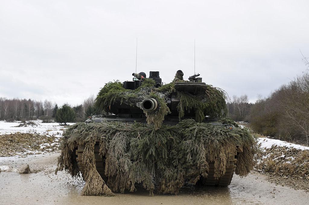 1024px German army Leopard 2  Weihnachtspanzer