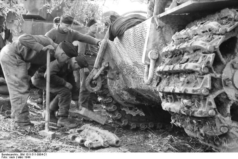Bundesarchiv Bild 101I 311 0904 21 Italien Panzer VI Tiger I Reparatur