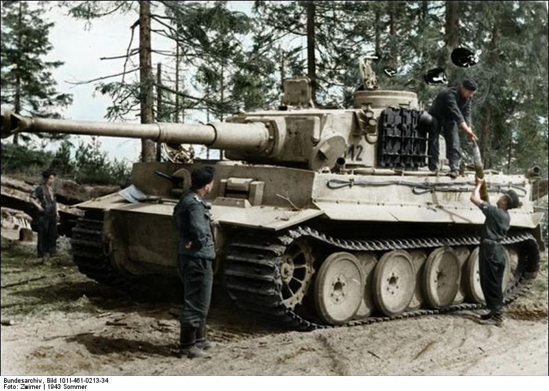 Bundesarchiv Bild 101I 461 0213 34 Russland Panzer VI Tiger I wird aufmunitioniert Recolored