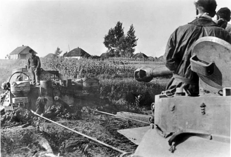 Bundesarchiv Bild 183 J15570 Russland Bergung eines Panzer VI Tiger I